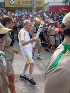 Dom_Lélis_Lara_com_a_tocha_olímpica_em_Coronel_Fabriciano_MG